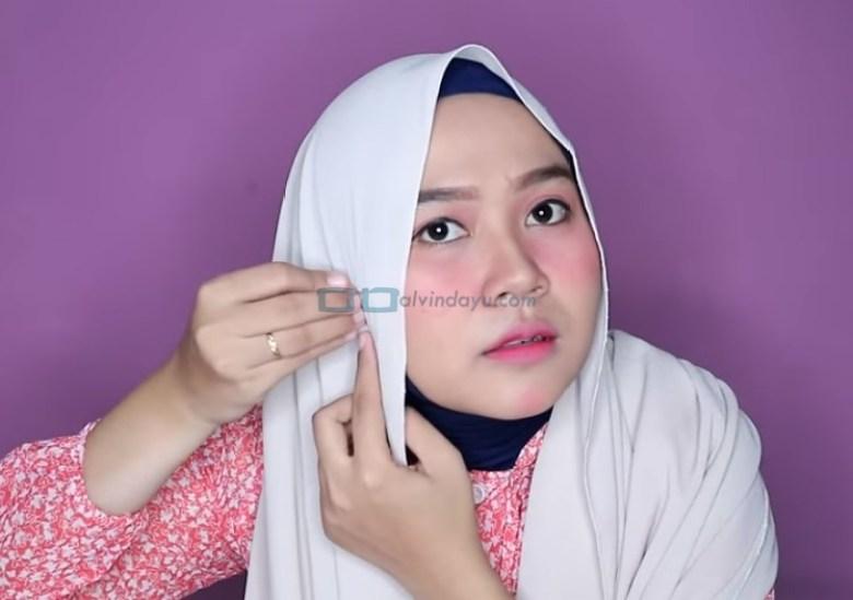 Tutorial Hijab Pashmina Wajah Bulat untuk Pesta, Sematkan Peniti di Samping Sisi Hijab yang Lainnya