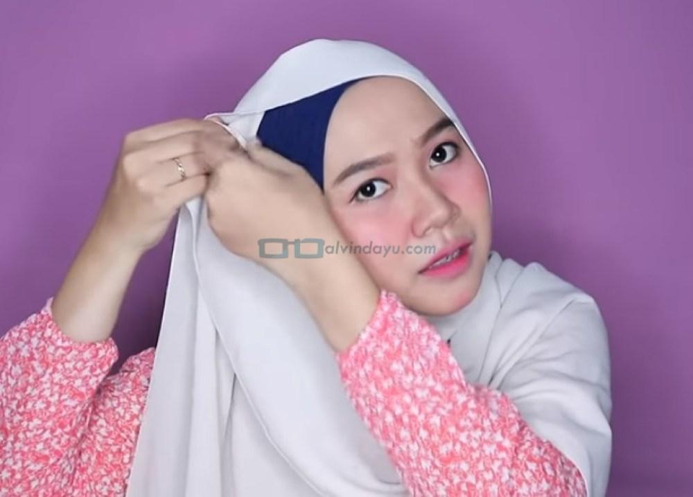 Tutorial Hijab Pashmina Wajah Bulat untuk Syari Menutup Dada, Bawa Sisi Hijab yang Sudah Dilipat ke Samping Kepala Sisi