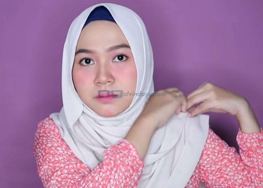 Tutorial Hijab Pashmina Wajah Bulat untuk Syari Menutup Dada, Sematkan Peniti