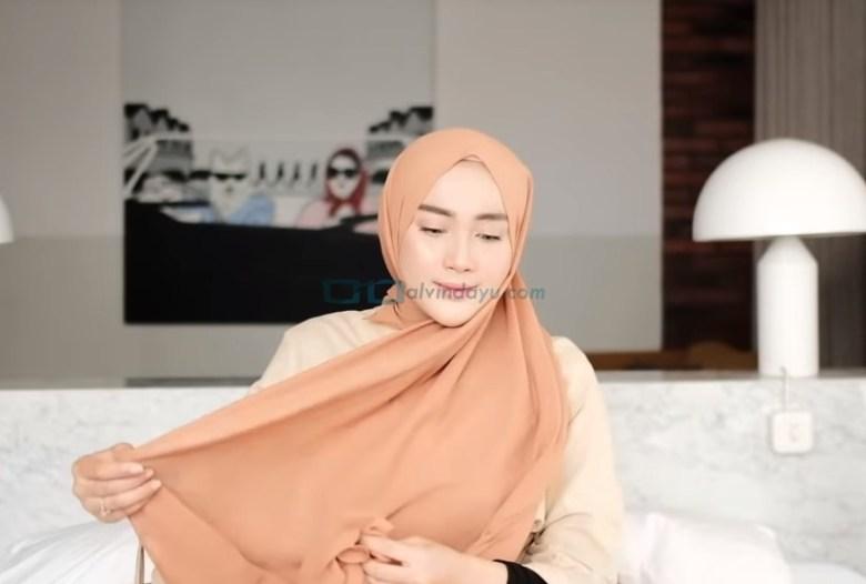 Tutorial Hijab Pashmina untuk Kuliah Simple Ala Selebgram, Ambil Sisi Hijab Pashmina Panjang