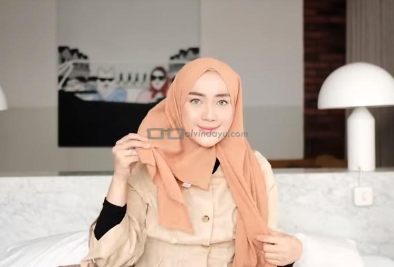 Tutorial Hijab Pashmina untuk Kuliah Simple Ala Selebgram, Ambil dan Bawa ke Belakang Sisi Hijab Pashmina yang Lebih Pendek