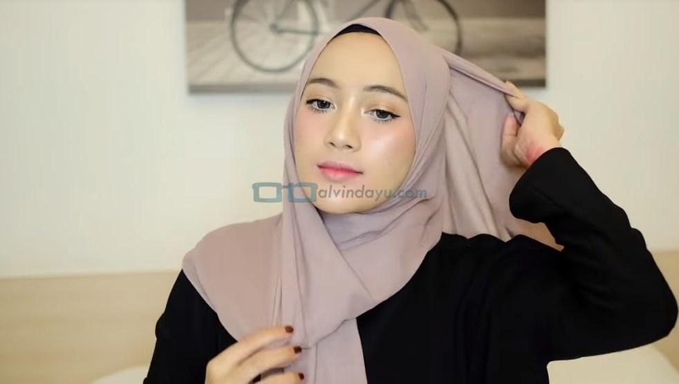 Tutorial Hijab Pashmina untuk Remaja, Bawa Salah Satu Sisi Hijab Keatas Kepala