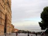 Catedral Seu frente al Parque del Mar y del mar Mediterráneo