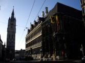 10. El Ayuntamiento (Stadhuis) a la derecha y el campanario (Belfort) al fondo en Belfortstraat Gante Belgica. Town hall belfry ghent belgium