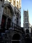11. La entrada al campanario en primer término y al fondo la torre de la catedral de San Bavo Gante Belgica. Entrance Belfry tower cathedral ghent belgium