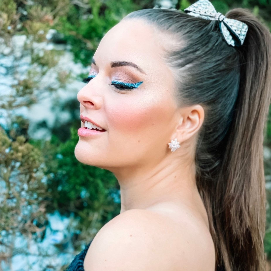 How to wear blue makeup - Pantone 2020 color of the year - urban decay 24/7 eyeliner in Roxy and heavy metal glitter eyeliner in gamma ray