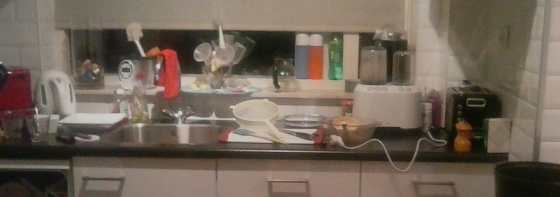 troep in de keuken na het koken van linzensoep