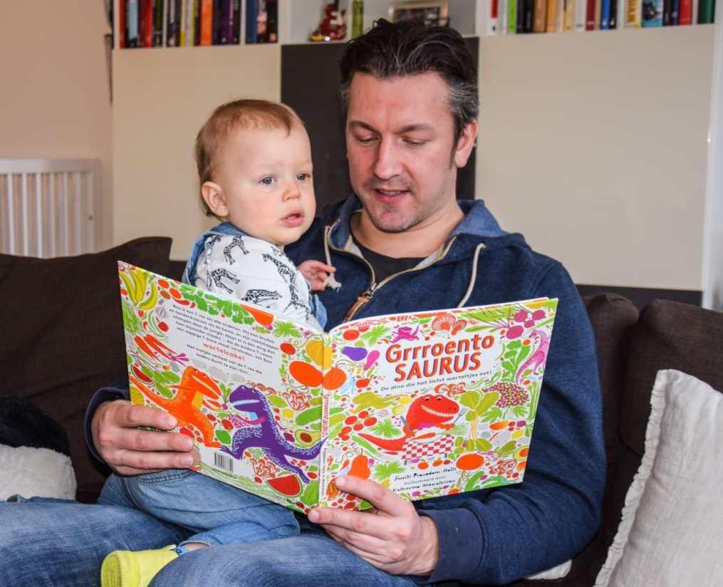 papa leest voor uit grrroentesaurus