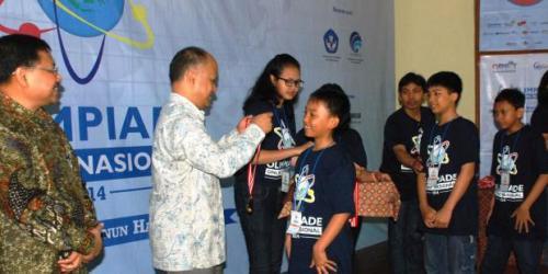 SANG JUARA. Siswa SD Unggulan Al-Ya'lu menerima pengalungan medali juara Olimpiade Online Nasional dari Prof. Ing. Ilham Habibie, Ph.D