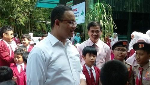 Bapak Mendikbud menyapa anak-anak Pramuka Juara EJSC 2015 yang pernah berkemah di Amerika, saat di halaman Sekolah Unggulan Al-Ya'lu