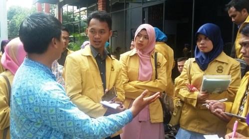 Mahasiswa S2 Unnes mendapatkan penjelasan dari Bapak Purnomosidi, M.Si, guru Sekolah Unggulan Al-Ya'lu saat di halaman sekolah.