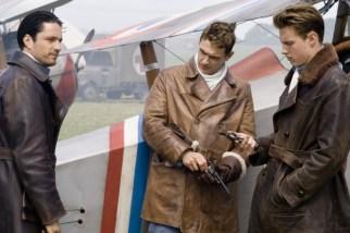 1. Dünya savaşında Amerikalı pilotların arkadaşlık, ölüm, aşk ve uçuş başarılarını anlatan duygusal bir film. 1916 yılında Fransa'da bulunan hava üssü Lafayatte Escardille'ye katılan genç Amerikalılar, burada eğitimden geçerler ve sonra havada çarpışmayı öğrenirler. Film boyunca genç pilotların muharebeye katılışları ve yaşamlarından kesintiler karşımızda olacak.