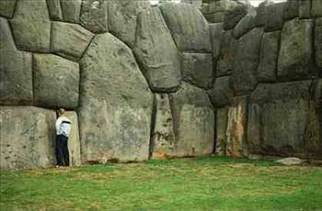 Peru'daki bu duvarlar ile kesin bir benzerlik göstermektedir. Bu arkeolojik duvarlar bir gizem taşımaktadırlar çünkü ,antik çağlarda yapılmalarına rağmen ,bu kadar kusursuz bir şekilde işlenip yerlerine koyulana kadarki aşamalar için yüksek bir teknoloji ve bilgi gerektirmektedirler. İnsanın açıklayamadığı, garip iç ve dış açılara sahip bu duvar taşları hakkında cevabını bilmediği sorular ise şunlar: Nasıl taşındılar?Nasıl ölçülüp nasıl kesildiler ? Nasıl bu kadar doğrulukla yerleştirildiler? Hemde ilkel insanlar tarafından.