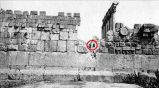 Kafaları karıştıran bir şehir daha. Lübnan'daki Balbek şehri. 20 metreden daha büyük taşların da kullanıldığı bu antik şehir Roma imparatorluğundan da eski. Hatta Sümerlilerin bilgilerine göre bile burası antik bir şehirdi o zamanlar. Taşların büyüklüğünü göstermek amacıyla 2 kişi yapıların arasında dikiliyor. Bugün kimse burasını kimlerin, nasıl, ne amaçla ve ne zaman yaptığını bilemiyor. Modern bilim ise Baalbek'i görmezlikten gelmeye devam ediyor.