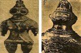 Tarih öncesine ait küçük Japon heykelcikleri Yakalarında civata taşıyan bu heykelcikler bir tür uzay başlığı ve elbisesi taşımaktadır. Hatta bunlardan biri çok büyük gözlük takmaktadır. Sanki güneş ışığından korunmak ister gibi.