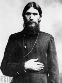 Tasavvuf ehli Rus Grigori Rasputin ilk olarak on kişiyi zehirleyebilecek güçteki siyanürden kurtuldu. Onun halen yaşadığını gören katilleri onu dört kere vurdu. Bu kurşunlamadan da canlı çıkan Rasputin'i katilleri elini kolunu bağlayarak denize attı ve ondan kurtuldular.
