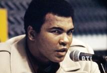 """Muhammed Ali'nin unutulmaz sözleri """"O kadar hızlıyım ki, odamda ışığı söndürmeye kalktığımda, ışık sönmeden oturduğum yere dönebiliyorum."""""""