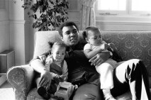 Dünya Muhammed Ali için yas tutuyor ABD'de 74 yaşında hayatını kaybeden boksun efsanevi ismi Muhammed Ali'nin cenazesi doğup büyüdüğü kent olan Louisville getirildi. Cuma günü toprağa verilecek efsane boksörün cenaze namazını ise kendisi gibi sonradan İslam'ı seçen ABD'deki Müslüman toplumunun liderlerinden İmam Zaid Şakir kıldıracak.