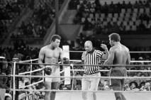 Profesyonel boksa geçmeden önce 1960 Roma Olimpiyatları'nda mücadele eden Muhammed Ali, hafif ağır siklet kategorisinde altın madalya kazanmıştı.