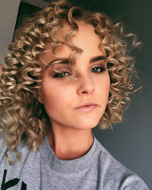 Short-Curly-Hairstyle-for-Round-Faces-11 20 Amazing Short Curly Hairstyle for Round Faces
