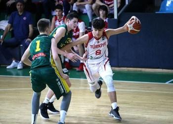 U. Jaruševičius (nuotraukoje - viduryje) - 15-metis 206 cm ūgio krepšininkas iš Alytaus