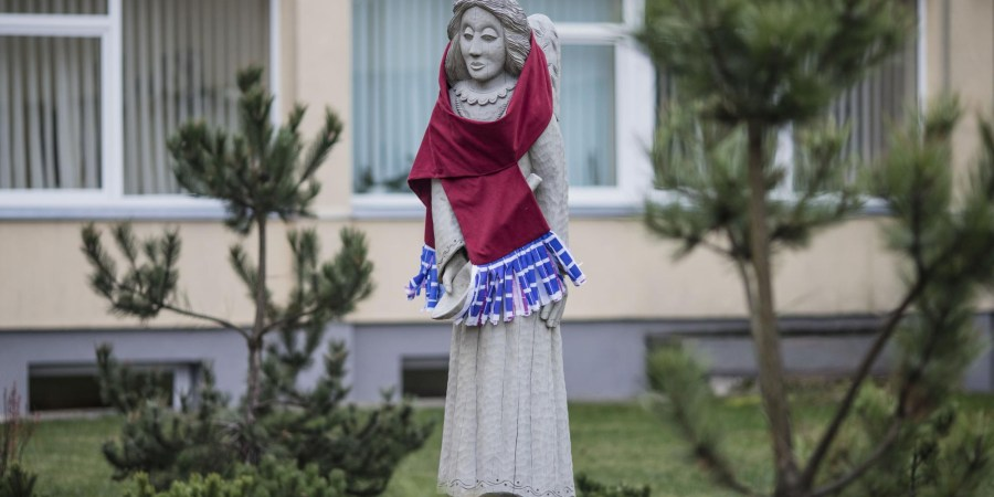 Alytaus apskrities Stasio Kudirkos ligoninės kiemelyje rymantis Sveikatingumo skvero angelas