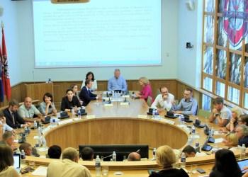 Naujoje miesto tarybos daugumoje nuošiol - 14 politikų.  Likę 13 turės tenkintis opozicijos įgaliojimais arba ieškoti sprendimų, kaip svarbiausiais klausimai sudominti su Alytaus piliečių naujai suburta dauguma dirbti apsisprendusius tarybos narius