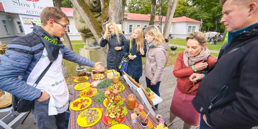 Dzūkams atiteko lankytojų simpatijos, diplomas ir dovanos už spalvingiausią stalą