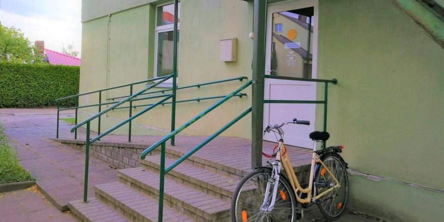 Alytaus mieste, Gardino g. 37 (nuotraukoje), visi 7 vaiko teisių apsaugos skyriaus darbuotojai perėjo dirbti į naują struktūrą ir priklauso Alytaus apskrities vaiko teisių apsaugos skyriui, jo sepecialistai, dirbantys Alytaus rajono savivaldybėje, kol kas liko Pulko g. 21