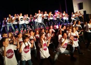 """Dzūkijos sostinės vaikams, jaunuoliams buvo suteiktas šansas su """"The young americans"""" mokytojais kartu dainuoti, deklamuoti, šokti ir, žinoma, dėkoti. Pabaigoje padėkos peraugo į tikrą draugystės vakarą, o amerikiečiai, taip pat padėkoję visiems talkinusiems, išreiškė viltį susitikti Alytuje 2020-ųjų metų gastrolių po Baltijos šalis metu"""