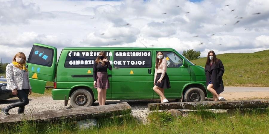 Simno gimnazijos abiturientai mokytojus pavežėju specialiuoju autobusu