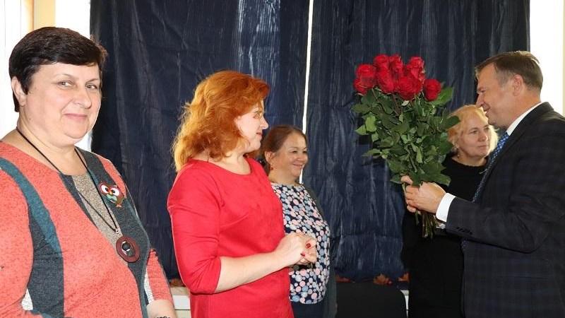 Alytaus rajono mokytojams išdalinta daugiau kaip 200 gėlių žiedų