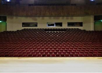 AKKC salėje vykstančius renginius galės stebėti daugiau žiūrovų – čia sumontuota beveik 800 naujų kėdžių. Atnaujintoje salėje bus ir šilčiau. Atliekant salės rekonstrukcijos darbus pakeista šildymo sistema, o pirmosiose salės eilėse sumontuotas grindų šildymas