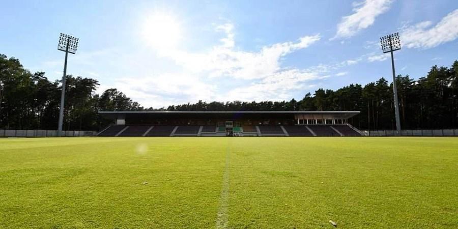 Priimti Europos lygos rungtynes mūsų pagrindiniame stadione šiuo metu trukdo netinkamas aikštės apšvietimas vakare, o UEFA vyrų lygų rungtynės kaip rengiamos tokiu metu. Stadiono žibintų ir kitų techninių dalykų sutvarkymas gali kainuoti ir kelias dešimtis tūkstančių eurų, tad aukščiausio lygio vyrų futbolo rungtynių Alytuje gali tekti ir palaukti