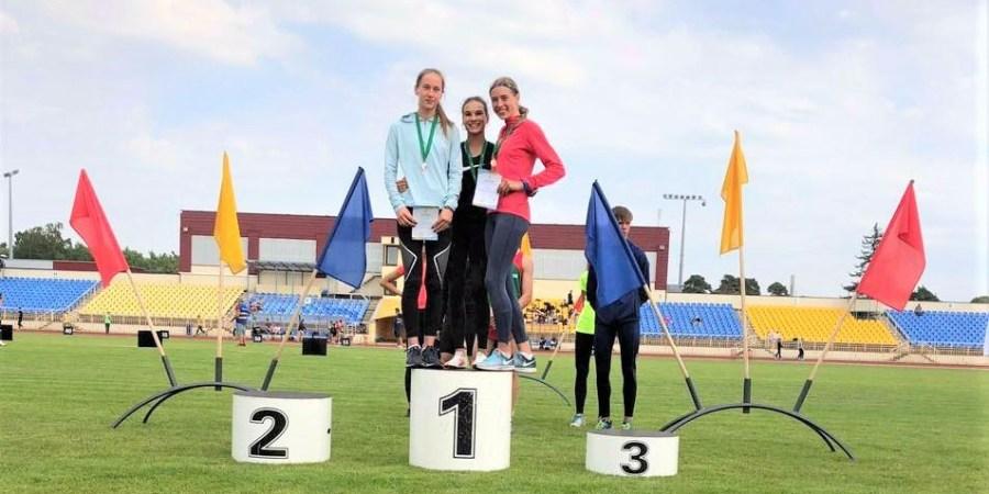 Alytiškė bėgikė D. Petraškaitė (nuotraukoje - pirma iš kairės) - būsima Europos lengvosios atletikos U-18 čempionato Vengrijoje dalyvė