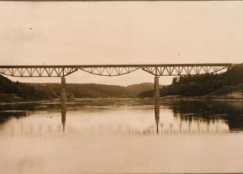 Daugiausia kartų statytas, griautas ir vėl atkurtas Alytaus tiltas buvęs geležinkelio tiltas (dabar – pėsčiųjų ir dviratininkų) virš Nemuno upės. Archyvinė nuotrauka