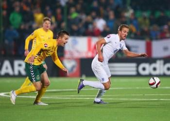L. Klimavičius (kairėje) Lietuvos nacionalinės futbolo rinktinės rungtynėse prieš Harry Kane ir Angliją. Asm. arch. nuotr.