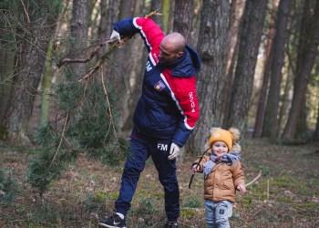 """Miesto parką savanoriškai tvarko Alytuje dirbantis DFK """"Dainava"""" vyriausiasis treneris Fabio Mazzone su dukrele"""