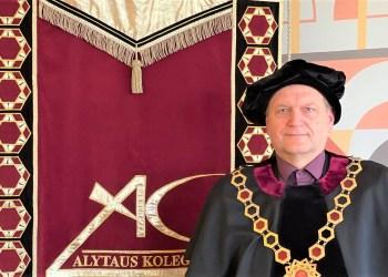 Bendrosios  praktikos studijas baigusius slaugos specialistus sveikina Alytaus kolegijos Alytaus kolegijos direktorius S. Naruševičius