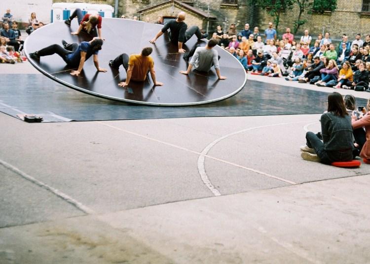 """Alytaus ir Druskininkų gyventojai šią vasarą pamatys tarptautinės komandos sukurtą ir atliekamą lauko erdvės spektaklį """"Balansuojantis žmogus"""". L. Kamarausko nuotr."""
