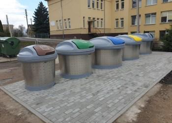 Simne prie mokyklos įrengta pusiau požemių atliekų rūšiavimo konteinerių aikštelė