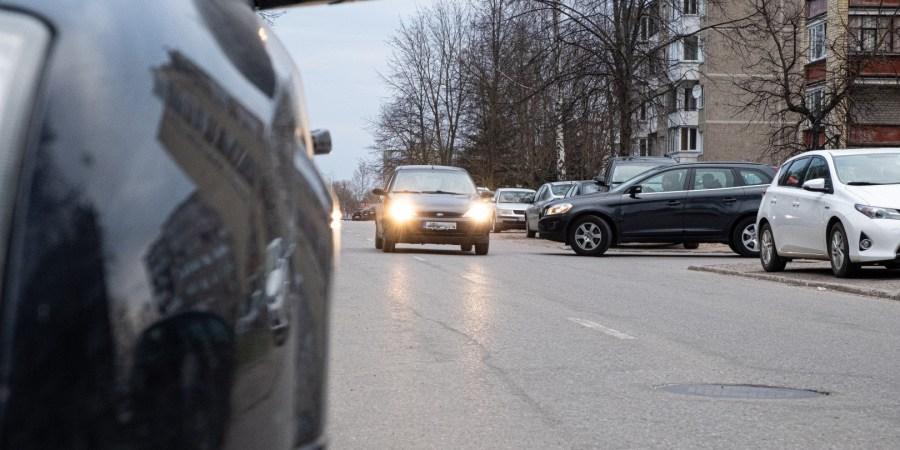Topolių g. šone įrengiant parkavimą  bus iškirstos dvi dešimtys medžių (liepos, klevai, beržas, drebulės, šermukšniai, akacija), už kuriuos paskaičiuota beveik 4,5 tūkstančio eurų atkuriamoji vertė. AMS nuotr.