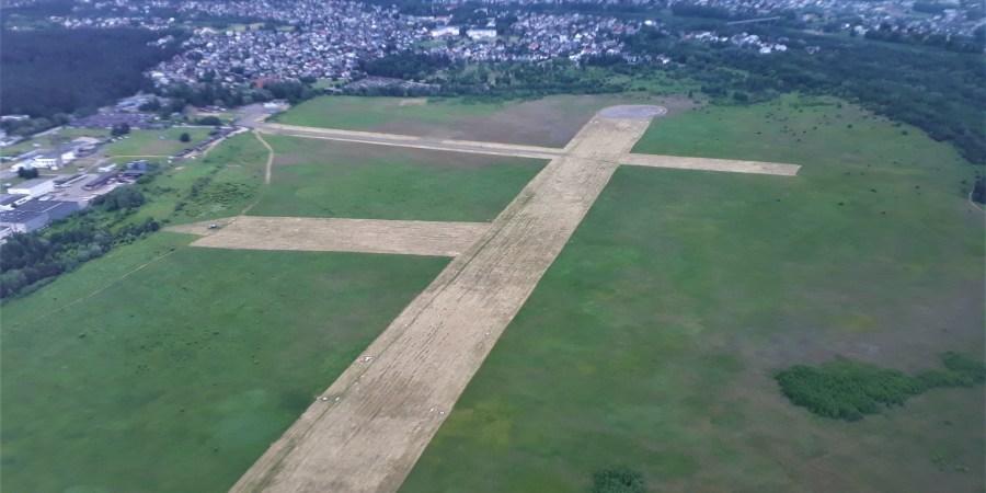 Transporto kompetencijų agentūra Alytaus aeroklubui išdavė naują, iki 2016 m. galiosiantį civilinio aerodromo tinkamumo naudoti pažymėjimą. Alytaus aeroklubo nuotr.