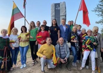 Alytaus krašto žmonės prasmingai paminėjo Baltijos kelio metines – 47-ajame Vilniaus–Ukmergės autostrados kilometre pastatė paminklą