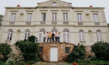 Devant le château du plessis Grimaud, les participantes et alice souriantes pose en ligne sur le balcon