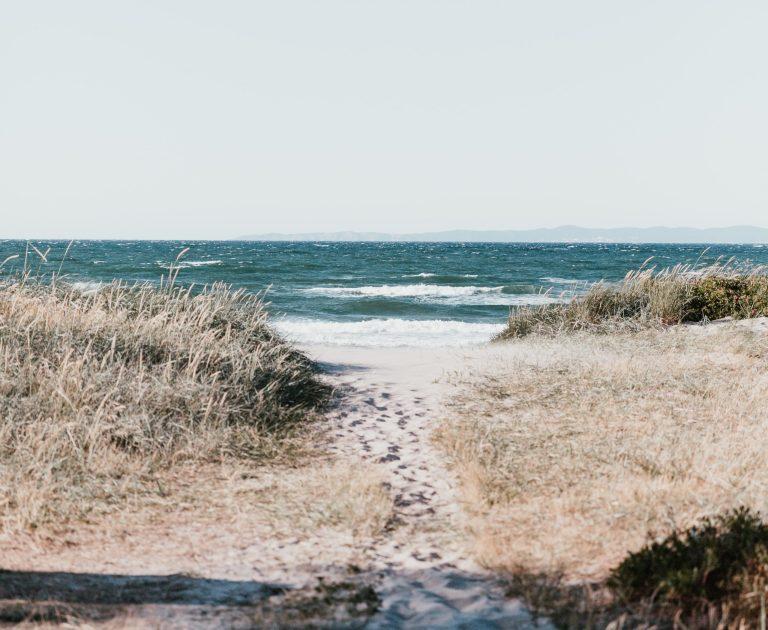 Photo d'un sentier portant sur la mer calme