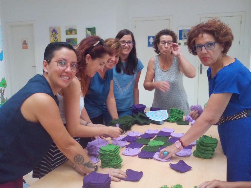 Alumnas taller de ganchillo confeccionando la manta solidaria