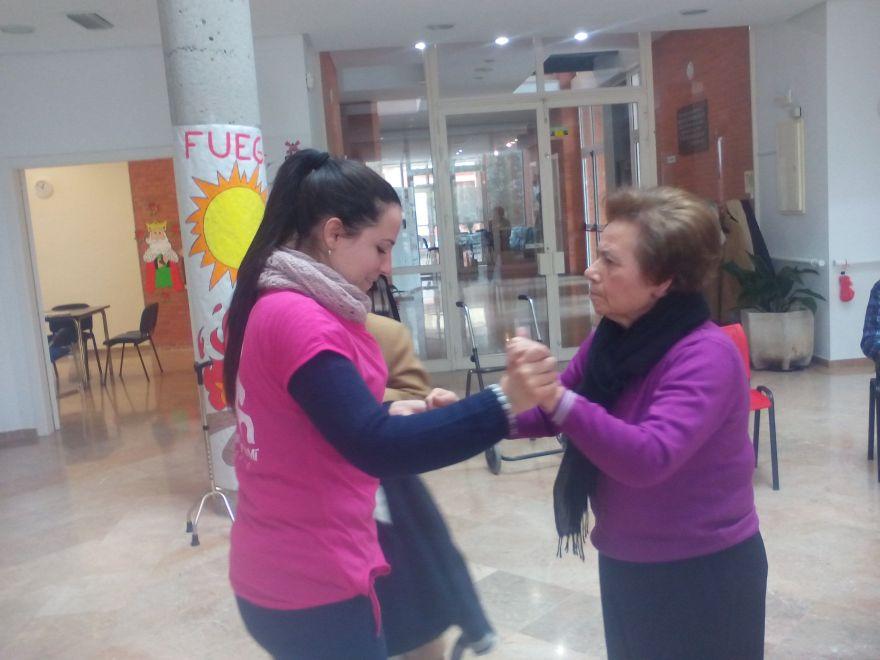 Usuario bailando con trabajadora