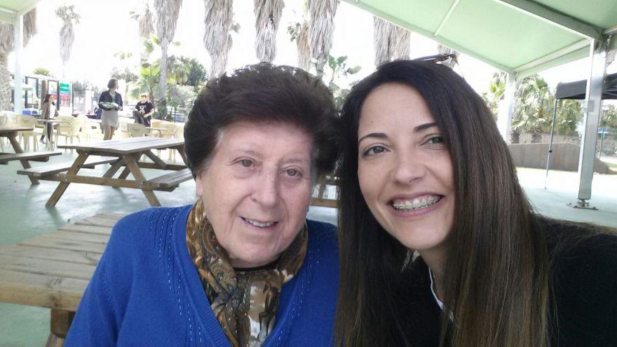 Usuaria de la Asociación con Lydia terapeuta ocupacional de la Asociación Alzheimer Bigastro en la V Movida Solidaria Alzheimer Bigastro