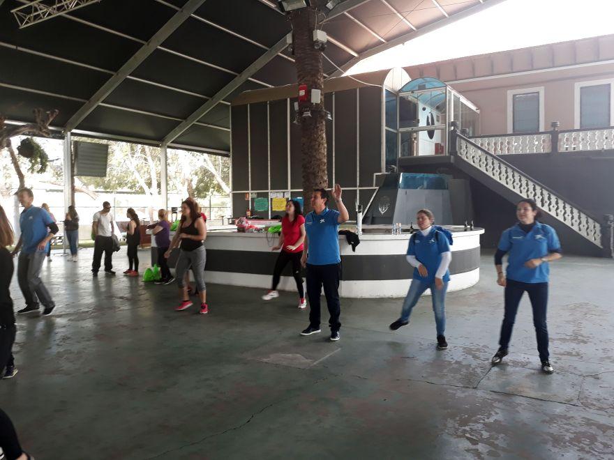 Voluntarios Caixa de Bigastro haciendo Zumba con la academia Mary Girona V Movida Solidaria Alzheimer Bigastro